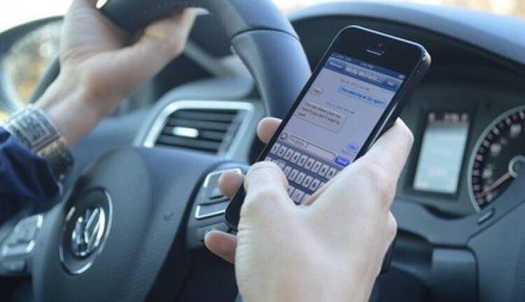 Tráfico quiere doblar la sanción a los conductores que usen el móvil al volante